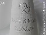 Eleg.-Kaffee-Servietten weiß, bedruckt mit Silberprägung und Hochzeits-Motiv: H5 (Herzen)